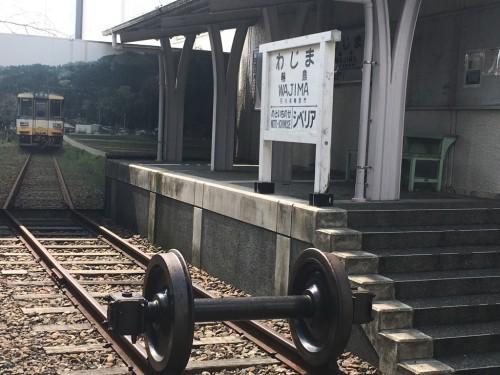 線路の向こうの電車はパネルの写真です。